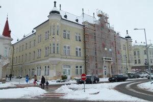 Levice, oprava priečelia mestského úradu, 2017.