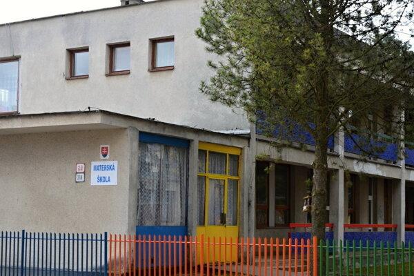 V najväčšej Materskej škole na ulici Ľ. Štúra riešia havarijný stav vodovodného potrubia.