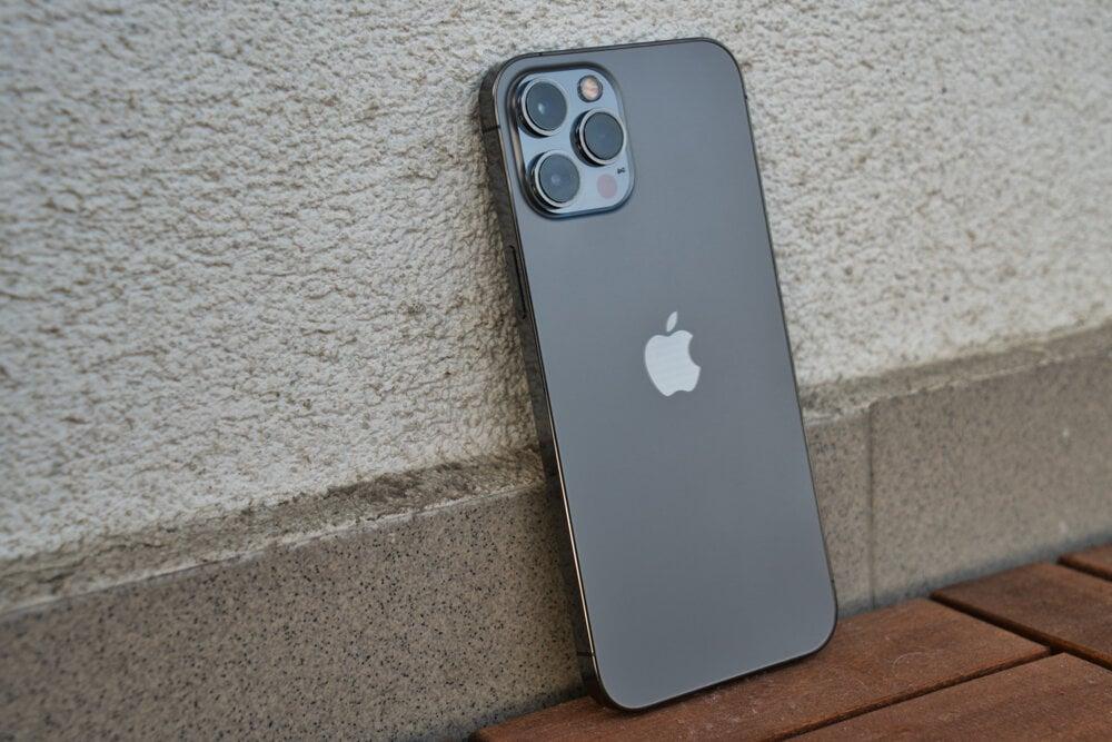 iPhone 12 Pro Max je skutočne veľký smartfón, ktorý jednou rukou neovládnete.