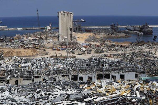 Na archívnej snímke z 19. augusta 2020 pohľad na miesto po požiari v bejrútskom prístave. Medzinárodná policajná organizácia Interpol vydal zatýkacie rozkazy, tzv. červený obežník, na tri osoby zodpovedné za prepravu dusičnanu amónneho, ktorý vlani v auguste v prístave libanonskej metropoly Bejrút spôsobil obrovský výbuch.