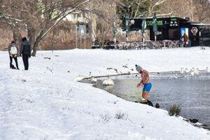 Muž vychádza z jazera Veľký Draždiak v bratislavskej Petržalke.