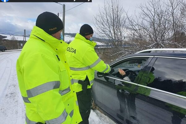 Polícia pravidelne hliadkuje na hraniciach okresov.