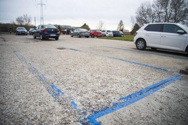 vyhradené parkovacie miesta pre registrovaných obyvateľov v rámci rezidenčného parkovania v mestskej časti Petržalka v Bratislave 25. februára 2020.