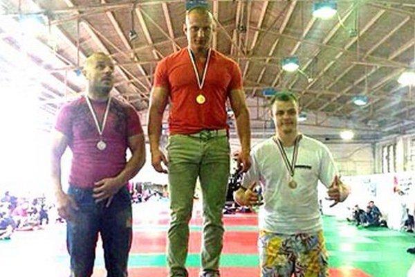 Matúš Mečár (v strede) znova triumfoval v Budapešti.