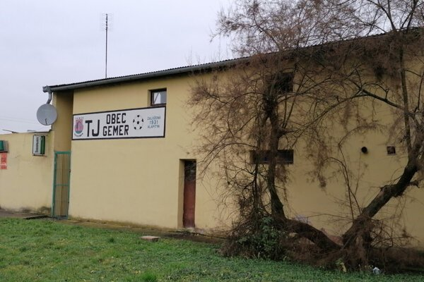 Opustená tribúna v obci Gemer.