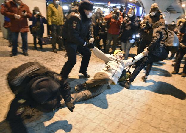 Navaľného podporovateľov na letisku Vnukovo polícia zatkla.
