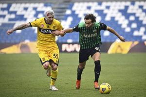 Juraj Kucka (vľavo) v súboji s hráčom Sassuola Marcom Ferrarim.