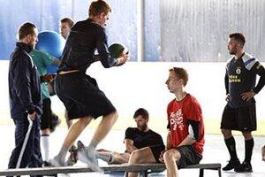 V príprave hokejistov HK Nitra je už aj navrátilec Marek Slovák (celkom vpravo).