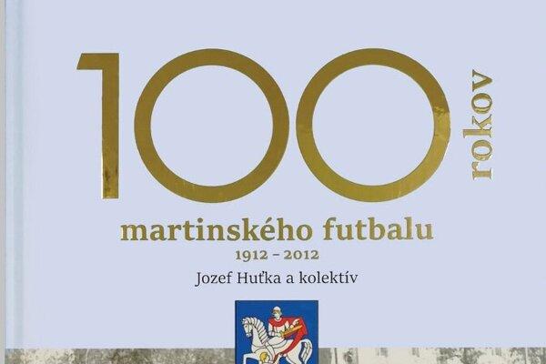 Kniha mapuje dianie v martinskom futbale medzi rokmi 1912 a 2012.