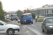 Okružnú križovatku majú vybudovať na ceste I/51 v Leviciach v časti pri Tabakovej ulici. Hustú dopravu tu v minulosti riadila polícia. Hustú dopravu tu v minulosti riadila polícia.