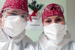 Niektorí zdravotníci strávili v práci takmer celé Vianoce.