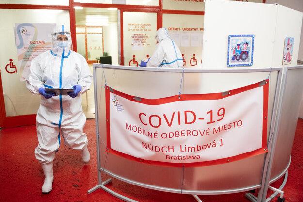 Bývalá tenistka Dominika Navara Cibulková (vľavo) v ochrannom obleku pomáha počas testovania na ochorenie COVID-19 na mobilnom odberovom mieste v Národnom ústave detských chorôb v Bratislave.