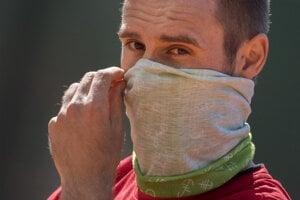 Slovenský tenista Norbert Gombos s rúškom na tvári počas tréningu po otvorení kurtov po prvej vlne pandémie.