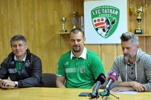 Novinár Dadej počas tlačovej konferencie 1.FC Tatran Prešov