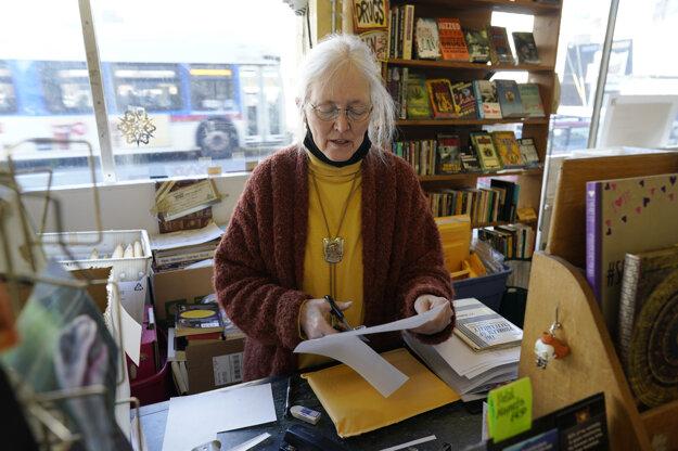 Holly Brooks, majiteľka kníhkupectva Capitol Hill Books, pracuje oproti Kapitolu v centre Denveru. Podniky v okolí štátnej budovy zápasia s dôsledkami pandémie a teraz s hrozbou násilia v deň inaugurácie Joee Bidena.
