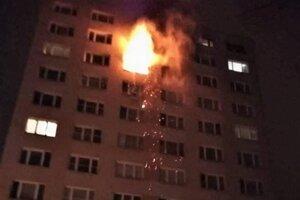 Z bytu šľahali poriadne plamene.