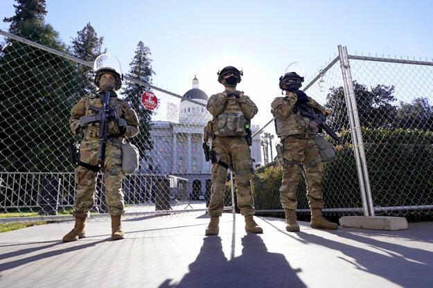 Členovia kalifornskej národnej gardy strážia prístup ku kalifornskému Kapitolu v Sacramente.
