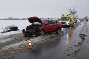 Jedno z vozidiel skončilo v poli.