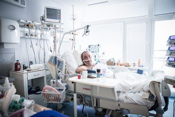 Záchranár Peter Vizvary z galantskej nemocnice, ktorého na ARO doviezli na Silvestra po tom, ako sa pri práci sám nakazil koronavírusom.