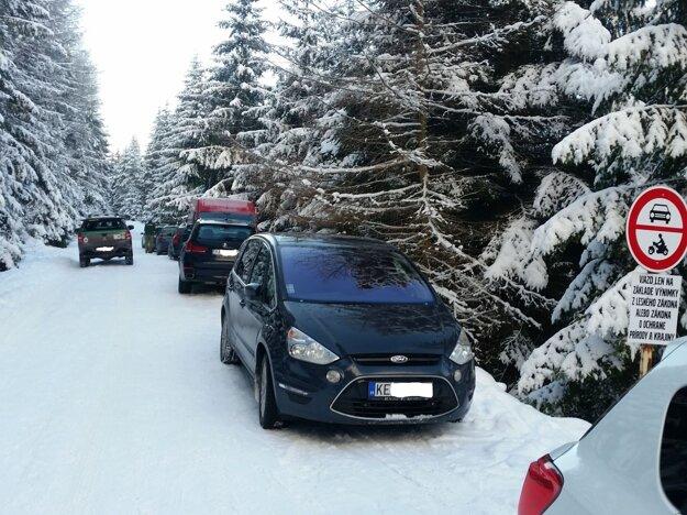 Parkujúce autá pri Šumiaci