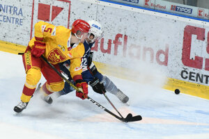 Švédsky obranca Carl Ackered (v žltom) je najproduktívnejším obrancom Tipos ligy.
