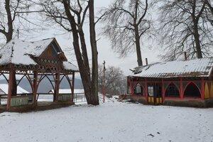 Na snímke chátrajúci hudobný altánok a banícka kolkáreň v Železníku, časti obce Turčok v Revúckom okrese, ktoré chce samospráva zrekonštruovať.