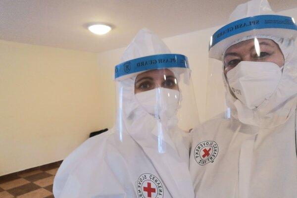 Pri testovaní pomáhajú aj dobrovoľníci z Červeného kríža.