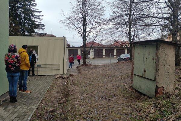 Jedno z mobilných odberných miest s nutnosťou rezervácie v Sabinove.