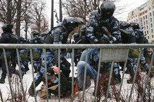 Policajti zatýkajú muža počas protestu proti väzneniu ruského opozičného lídra Alexeja Navaľného v Moskve.Policajti zatýkajú muža počas protestu proti väzneniu ruského opozičného lídra Alexeja Navaľného v Jekaterinburgu