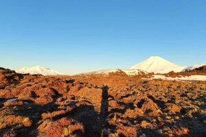 Uprostred národného parku sa nachádza aj hora Mt. Ngauruhoe (napravo).