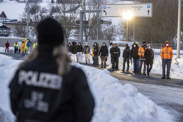 Ľudia na hraničnom priechode Furth im Wald čakajú v rade na kontrolu negatívneho testu na koronavírus SARS-CoV-2.
