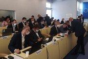 Prešovskí poslanci sa nemajú stretnúť osobne, hoci s rúškami, ale cez videokonferenciu.