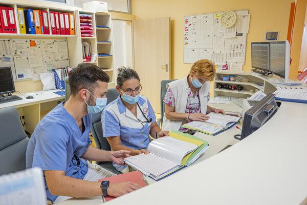 Absolventi zdravotníckych škôl sa budú opäť volať asistenti.