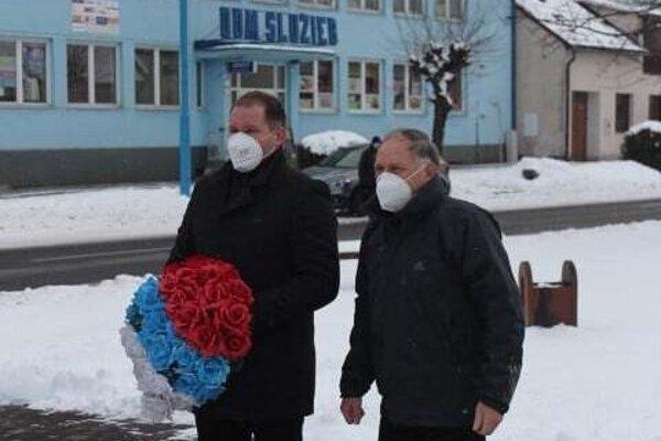 Primátor Ján Kurňava s poslancom Petrom Minčíkom si prišli uctiť pamiatku predkov.