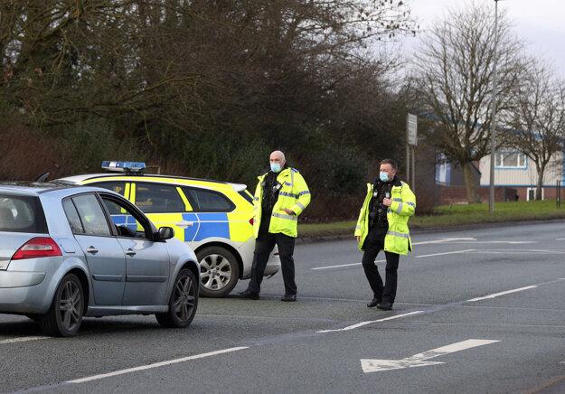 Policajti stoja pred spoločnosťou Wockhardt v britskom Wrexhame 27. januára 2021.