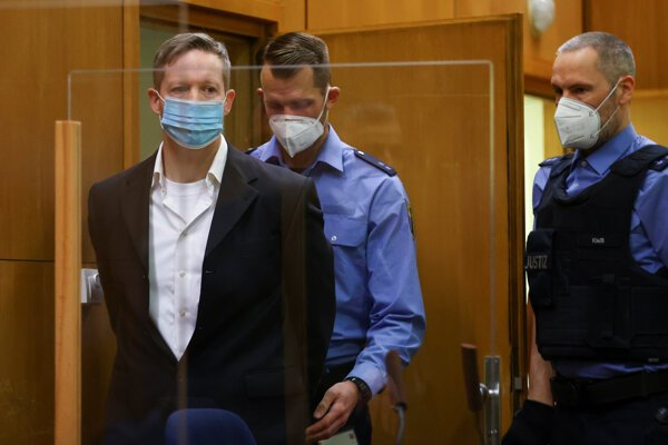 Neonacista Ernst pred súdom.