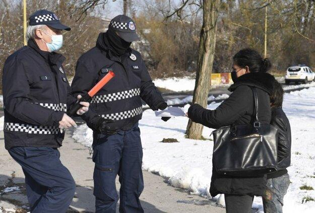 Mestská polícia kontroluje výsledok testu na Luníku IX.