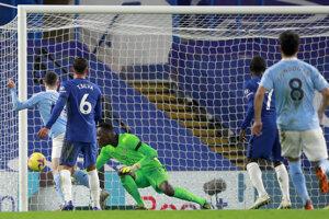 Phil Foden (vľavo) strieľa gól v zápase Premier League Chelsea Londýn - Manchester City.