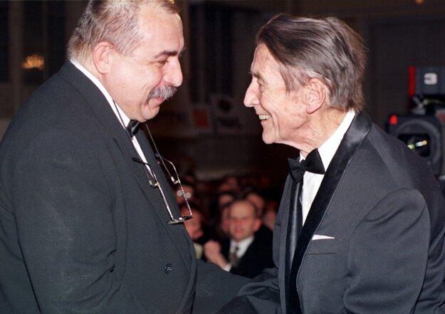 Andy Hryc blahoželá zakladajúcemu členovi Slovenskej filharmónie, Ľudovítovi Rajterovi k Mimoriadnej cene za celoživotné dielo.