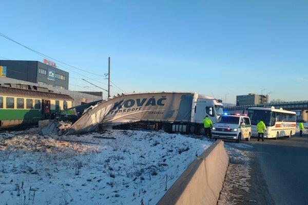 Zrážka vlaku a kamióna v Prešove.