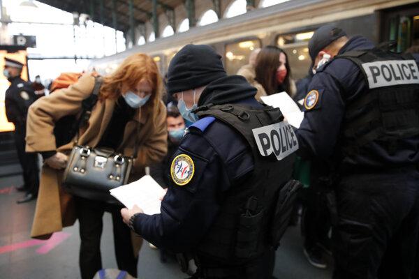 Francúzi zatvárajú hranice pre príchody mimo EÚ, na stanici v Paríži kontrolujú aj cestujúcich z Amsterdamu.