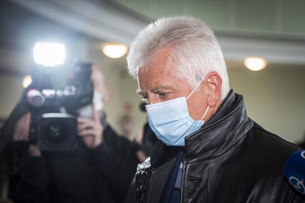 Obvinený Jozef Brhel prichádza vypovedať na Prezídium policajného zboru v Bratislave.
