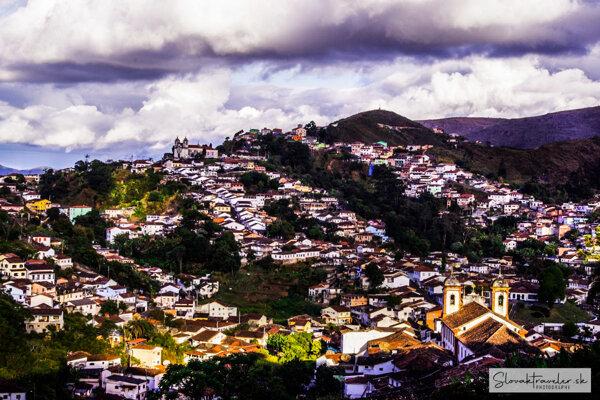 Kostoly na vrchu kopca, zvuk zvonov, mestského ruchu a baroková architektúra sú typické prejavy mesta Ouro Preto.