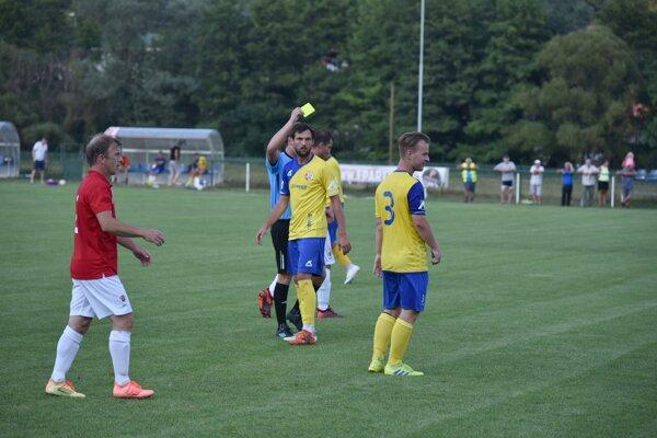 Hráči Ladomerskej Viesky (v žltom) v zápase proti H. Nemciam.