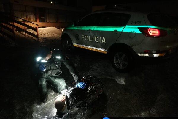 Policajti zachránili podchladeného muža z Veľkého Rovného.