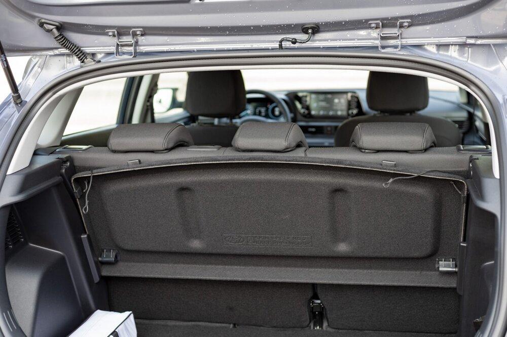 Kryt kufra s objemom 352 litrov sa dá šikovne zasunúť za sedadlá.