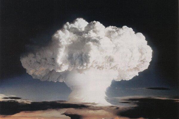 V roku 1952 našli vo zvyškoch po teste prvej americkej termonukleárnej bomby Ivy Mike neznámy prvok. Dostal meno po Albertovi Einsteinovi.