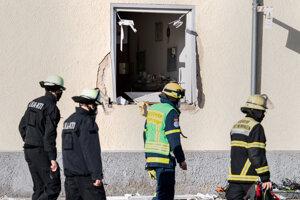 Hasiči zasahujú po výbuchu, ku ktorému došlo v budove Bavorského červeného kríža v nemeckom meste Memmingen.