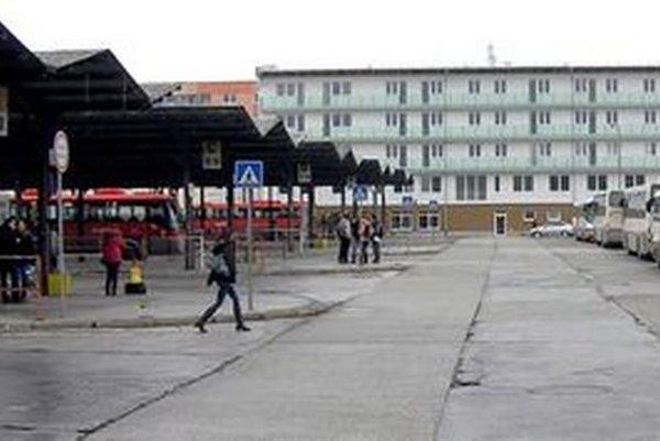 Čakáreň sa nachádza na prízemí novostavby (vzadu, ktorá oddeľuje autobusovú stanicu od Polygonu.