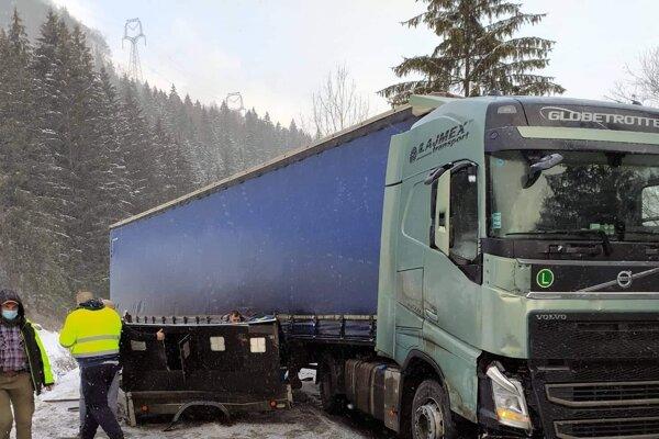 Kamión nestihol dobrzdiť a zozadu narazil do psieho prívesu.